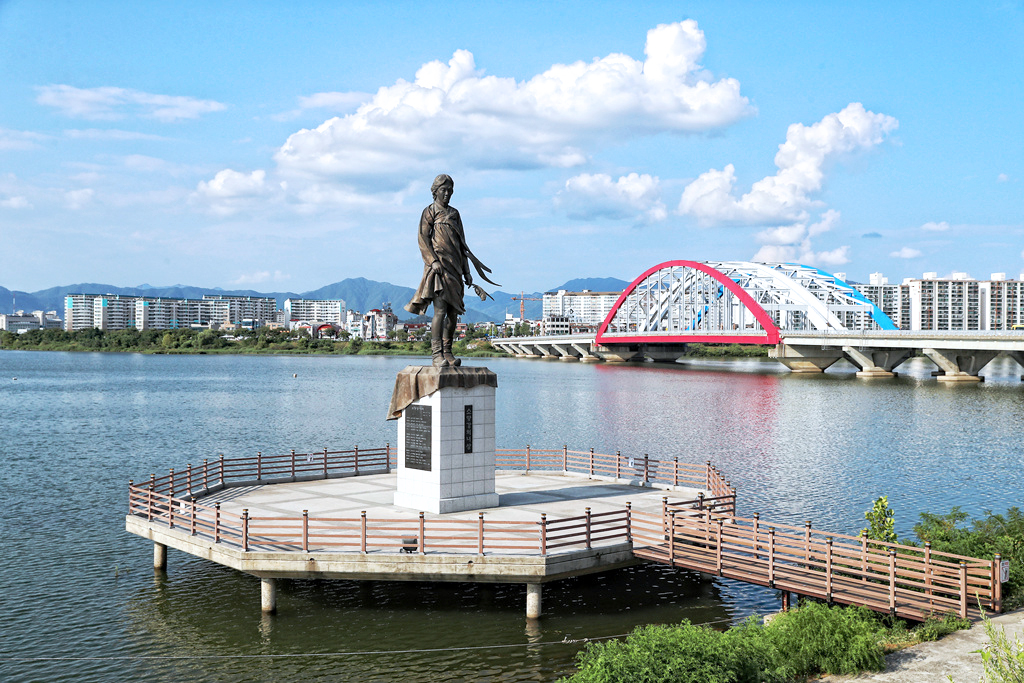 Soyang 2nd bridge and Miss Soyang River, both of which are symbols of Chuncheon ⓒChuncheon-si